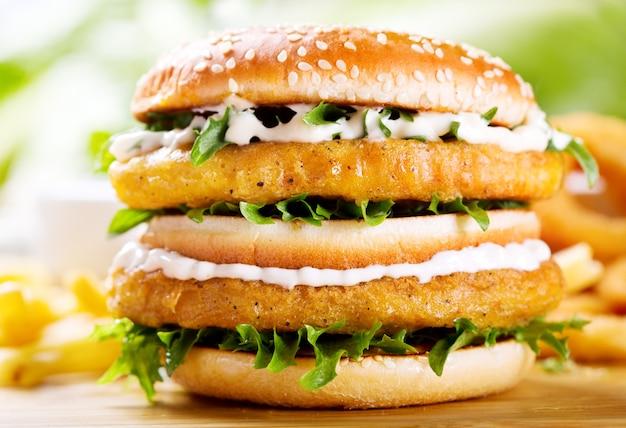 나무 테이블에 닭고기와 더블 버거