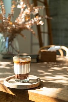 커피 숍 카페에서 더블 더러운 커피 컵 (우유와 초콜릿이 든 에스프레소 커피)