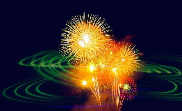 이중 노출 아름 다운 불꽃놀이 및 야간 모션 녹색 조명입니다.