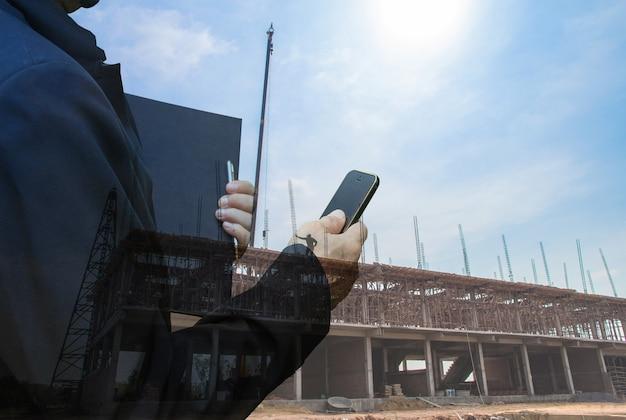 Двойная экспозиция деловые люди со смартфоном и книгой на фоне здания, бизнес-концепция