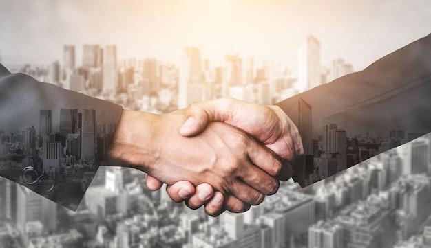 ビジネスコンセプトの二重露光画像、市役所の建物の人々握手。