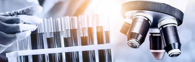 Изображение двойной экспозиции микробиологии и химии в лаборатории для изучения медицины.