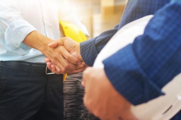 ビジネスハンドシェイク成功したチームワークとパートナーシップの概念の二重露出。シェイク手ビジネス契約