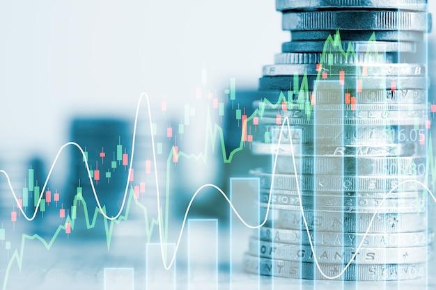 Двойная экспозиция укладки монет с диаграммой инвестиционного графика и городским пейзажем. это символ инвестиционной концепции стоимости акций.