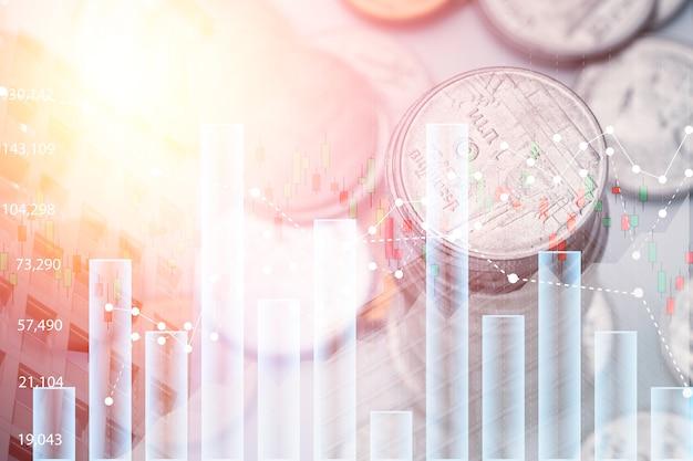 투자 그래프 차트 및 도시 경관과 함께 쌓이는 동전의 이중 노출. 그것은 주식 가치 투자 개념의 상징입니다.