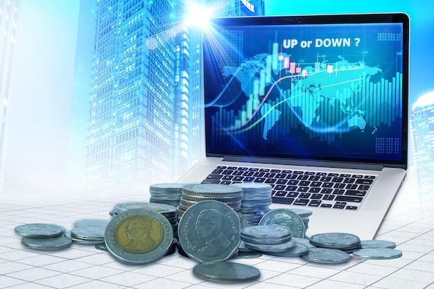 Двойная экспозиция графика денег тайского бата вверх или вниз и рядов монет для таиланда