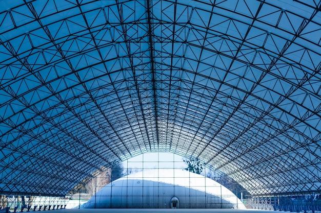 두 개의 다른 확대/축소에서 투명 원형 유리 천장/지붕의 이중 노출 사진. 실제 물체에 비해 2배의 원으로 현실적이지 않지만 실제가 아닌 건축 이미지.