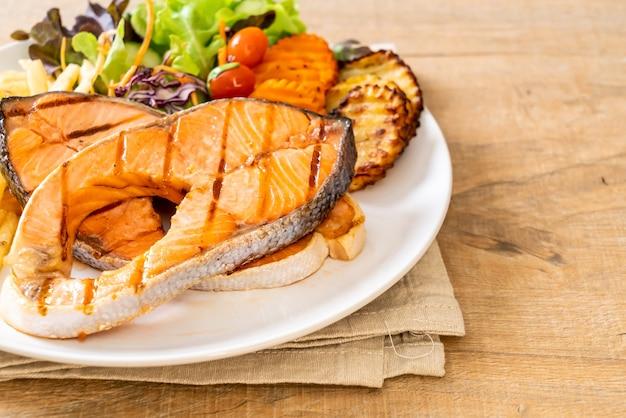 Филе лосося на двойном гриле с овощами и картофелем фри