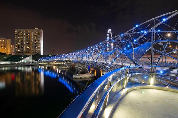 밤에 싱가포르에서 이중 나선 다리