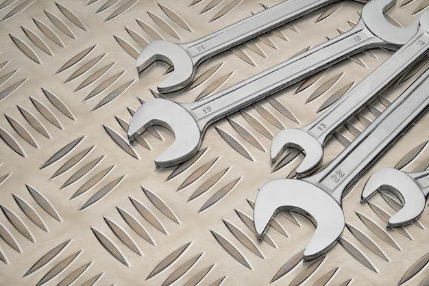 다이아몬드 패턴 배경으로 금속판에 더블 오픈 엔드 스패너