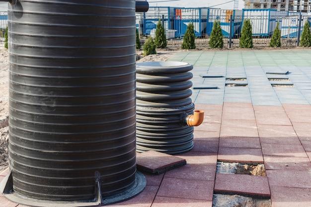 설치 전 이중 플라스틱 정화조. 폐수. 더러운 물의 수집 및 폐기.