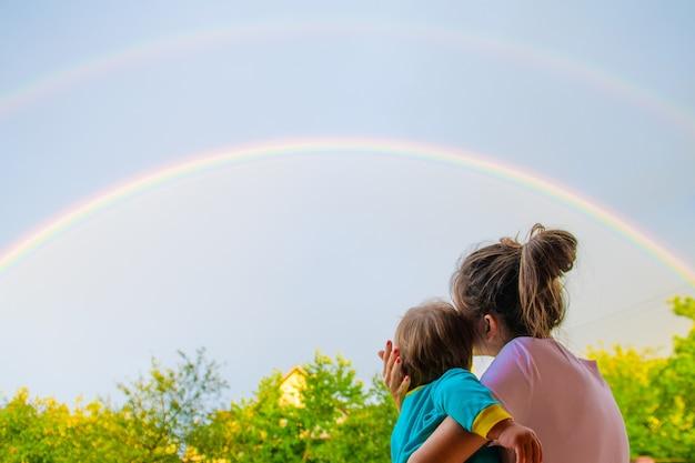하늘에 쌍 무지개입니다. 비 후. 자연의 기적. 무지개에 흐린 하늘입니다. 평화의 상징.