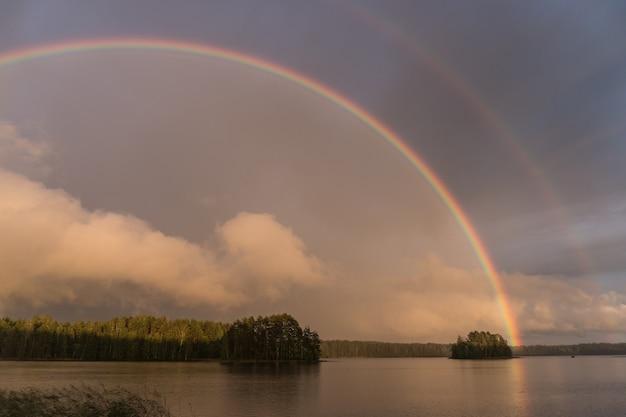 핀란드의 호수 위에 쌍무지개