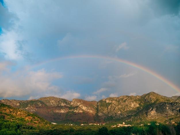 山の上の二重の虹モンテネグロの山バ