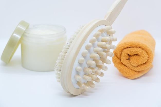 흰색 배경에 바디 브러싱, 수건 및 바디 스크럽을 위한 양면 마사지 브러시.