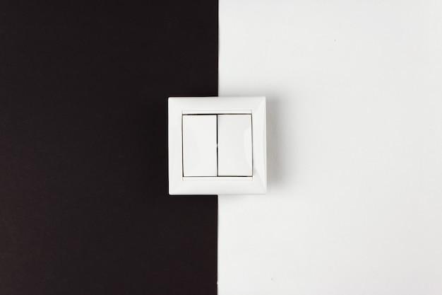 Двойной переключатель на бумаге черно-белом фоне. энергосбережение, мощность, электричество
