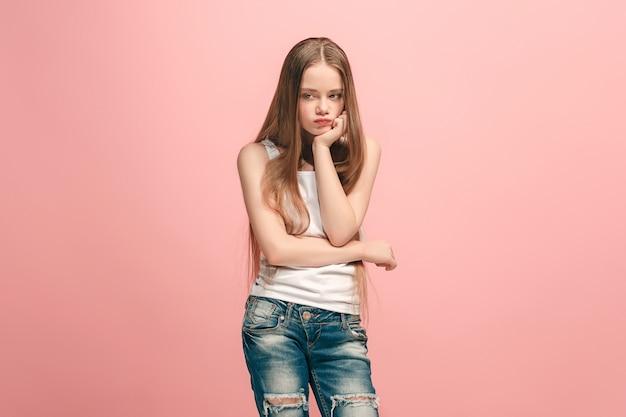 의심 개념. 뭔가를 기억하는 의심스럽고 사려 깊은 슬픈 십대 소녀. 인간의 감정, 표정 개념. 분홍색 배경에 스튜디오에서 포즈를 취하는 십 대