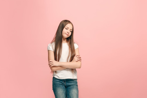 Concetto di dubbio. ragazza teenager dubbiosa e premurosa che ricorda qualcosa.