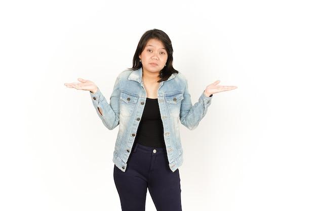 ジーンズのジャケットと黒のシャツを着ている美しいアジアの女性の疑いの混乱したジェスチャー