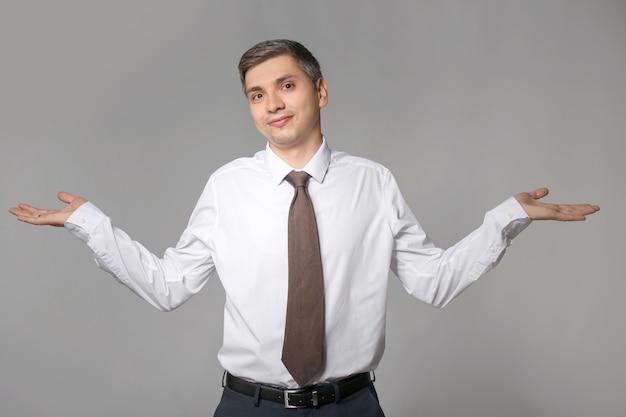 Сомнительный бизнесмен на сером
