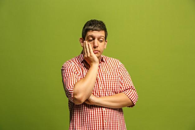 Сомнительный задумчивый человек с задумчивым выражением лица, делающий выбор