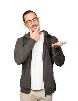 그의 손으로 뭔가 들고 의심스러운 학생