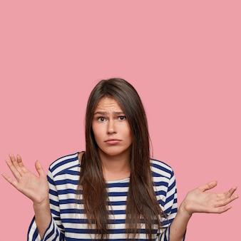 Сомневающаяся неуверенная ученица, спрашивает, почему она должна выбирать между чем-то, пожимает плечами, подозрительно смотрит