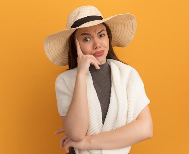 Dubbiosa, giovane, graziosa, donna, il portare, cappello spiaggia, tenere mano, su, face