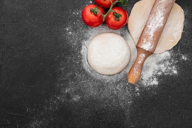 Тесто и помидоры для пиццы