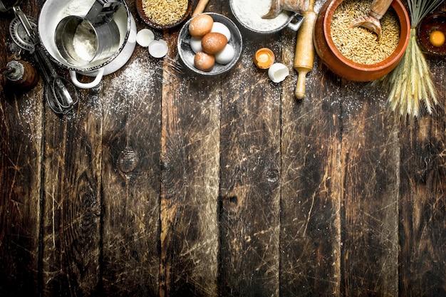 반죽 배경. 밀 곡물과 신선한 계란과 밀가루.