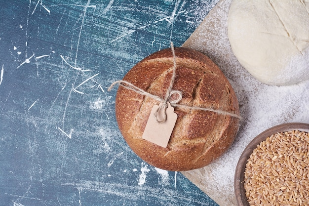 Pasta e pane cotto sulla tavola blu.