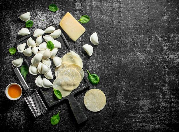 Тесто для приготовления домашних сырых пельменей на деревенском столе