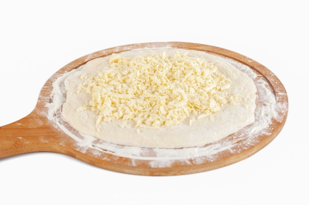 Тесто для хачапури традиционной грузинской кухни на деревянном блюде на белом