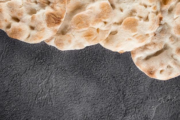 4가지 종류의 밀가루로 만든 핀사 로마나와 스크루키아렐라 반죽. 이탈리아 미식가 요리. 이탈리아의 전통 요리.