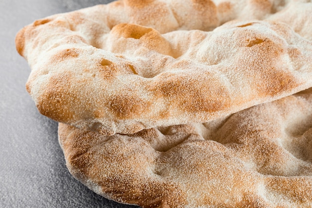 Pinsa romana와 scrocchiarella 미식 이탈리아 요리를 위한 반죽. 이탈리아의 전통 요리. 피자 가게에서 음식 배달.