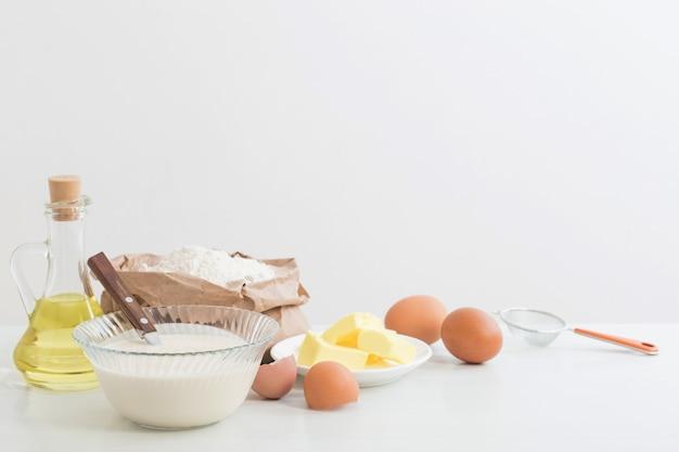 유리 접시와 흰색 바탕에 그것의 준비를위한 제품에 반죽