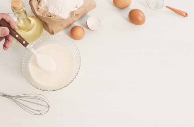 유리 접시에 반죽과 흰색 배경에 준비하기 위한 제품