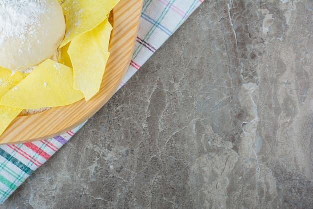 대리석에 차 수건에 나무 접시에 반죽.