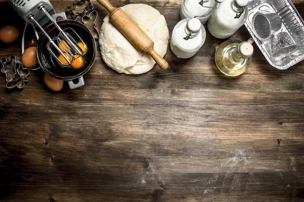 さまざまな材料を使った生地木製のテーブルの上