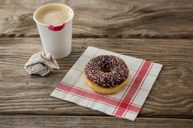 Пончик и кофе на деревянной доске