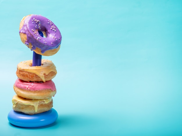 子供のおもちゃのさまざまな色のドーナツ