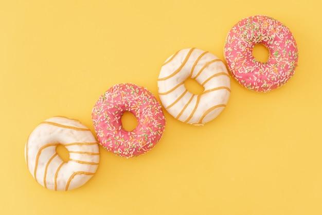 Пончики на желтом фоне.