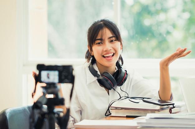 幸せなアジアの女性はビデオブログをdoung