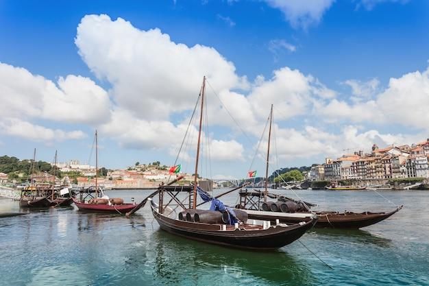 ポルトガル、ポルトのドウロ川と伝統的なボート