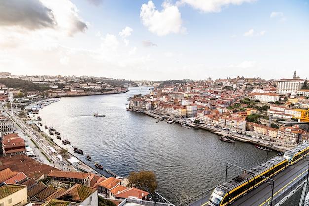 ポルトガルのポルトの低地を見下ろすドウロ川。電車の橋