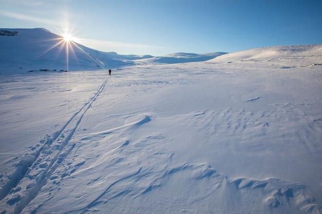 Dovrefjell国立公園でスキーをする男性