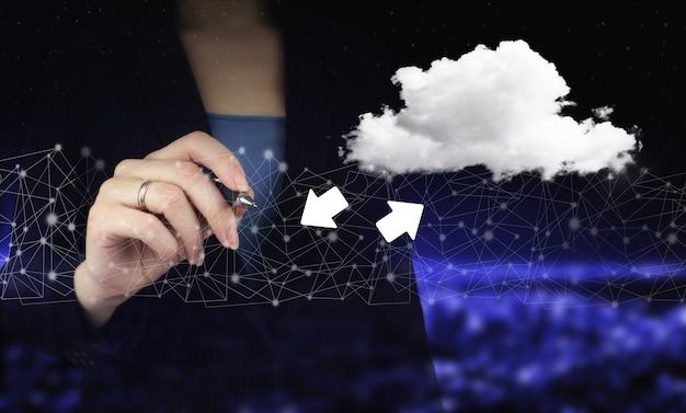 데이터 스토리지 비즈니스 기술 네트워크 개념을 다운로드합니다. 디지털 그래픽 펜을 들고 디지털 홀로그램 구름을 그리는 손, 다운로드, 도시의 어두운 배경에 데이터 표시.