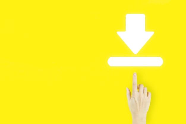 인터넷 연결을 다운로드합니다. 노란색 배경에 홀로그램 다운로드 기호로 가리키는 젊은 여성의 손 손가락. 개념을 업데이트합니다.