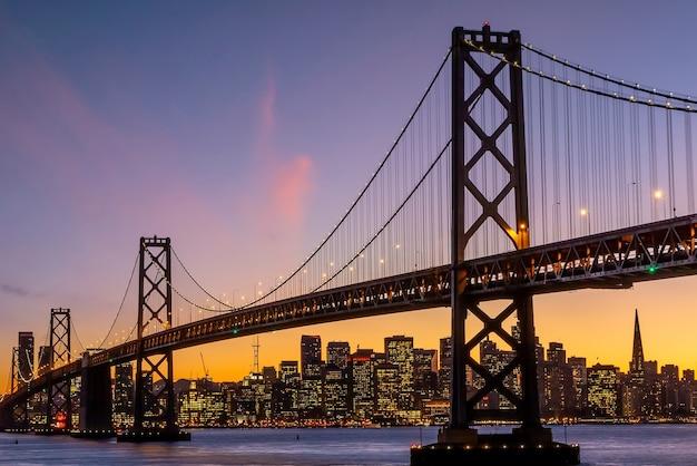 다운토우(downtow) 도시 스카이라인과 유명한 금문교(golden gate bridge), 미국 캘리포니아(california usa) 일몰 시