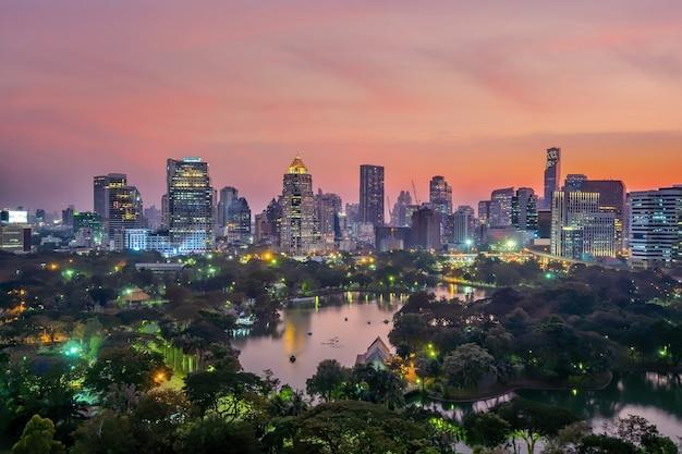 日没時のタイの平面図からルンピニー公園とバンコクのダウンタウンの街並み